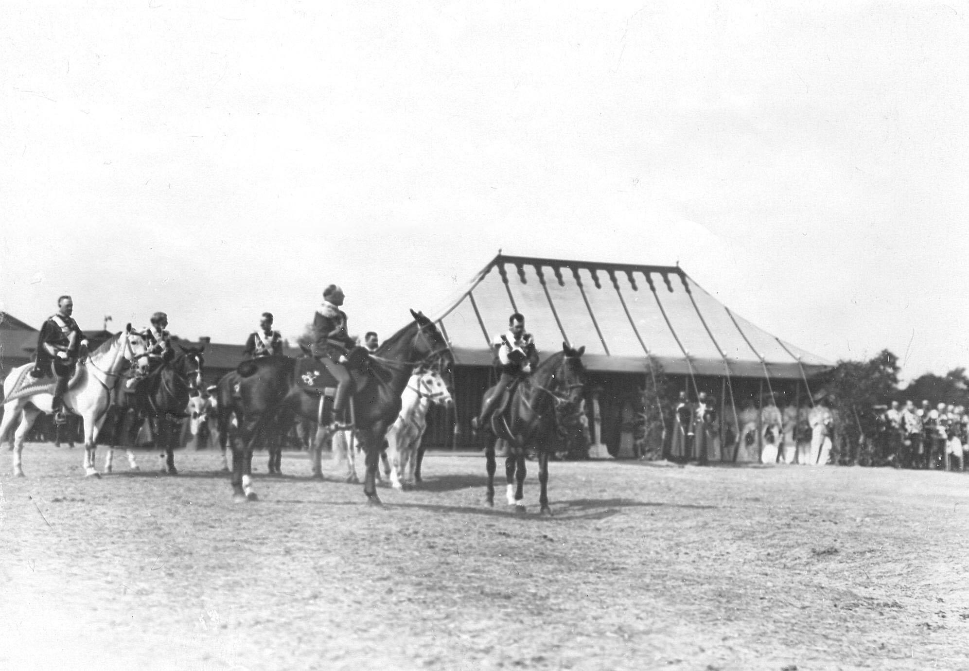 Император Николай II  во время богослужения на параде в день празднования 250-летнего юбилея полка. Слева - великий князь Николай Николаевич