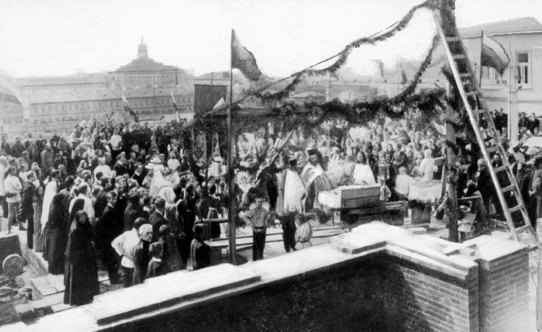 Молебен по случаю закладки второго здания Ижевской прогимназии. 1908