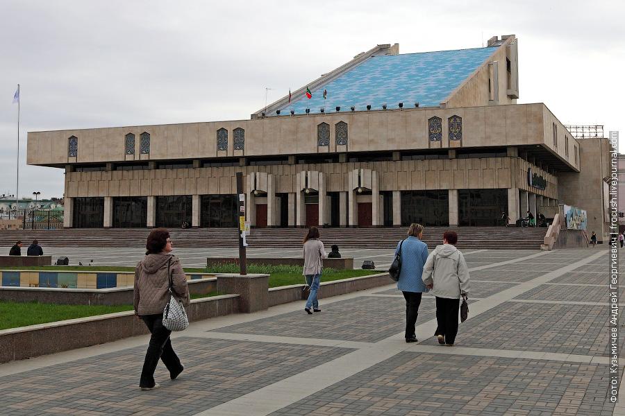 Рядом с озером расположен Татарский государственный академический театр им. Г.Камала. В народе здание театра называют «рояль»