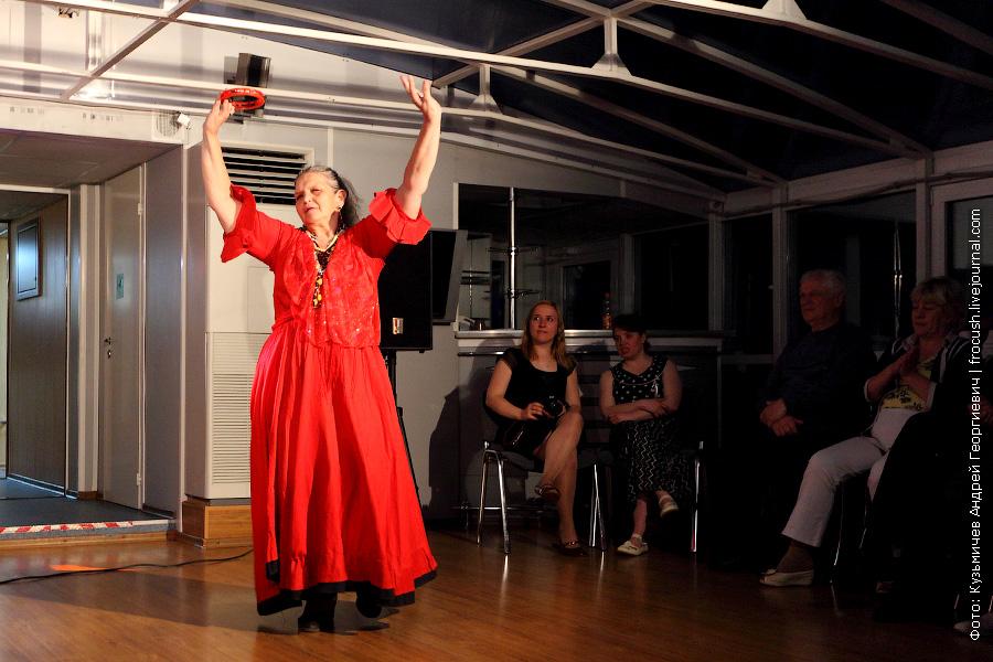 туристка теплохода танцует «Цыганочку»