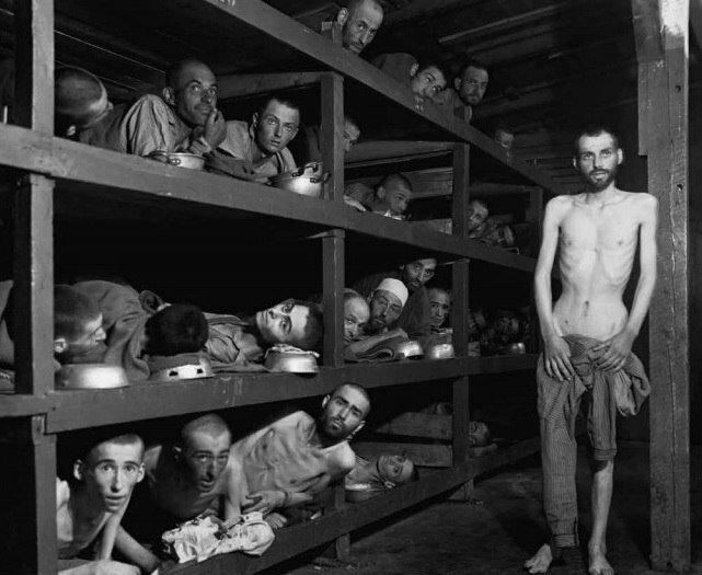 фото Х. Миллер ( Армия США). Узники концентрационного лагеря Бухенвальд, многие из заключенных умерли от истощения до освобождения. 16 апреля 1945.jpg