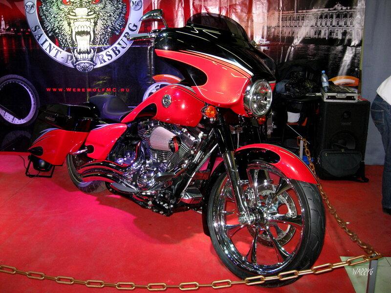 Мотоцикл Harley-Davidson мотоклуба «Werewolf MC» на мотосалоне IMIS-2012 в «Гарден Сити».