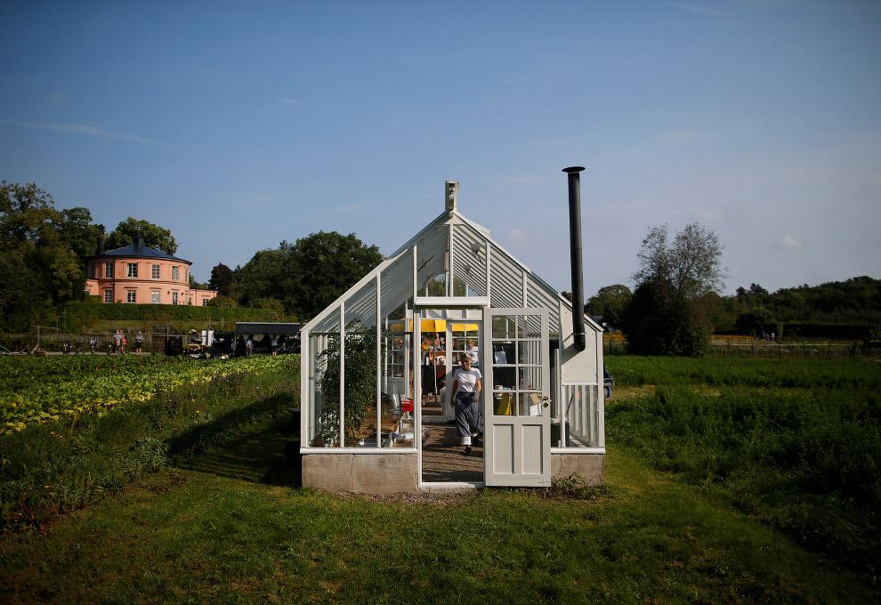 20. Местный огородник на фоне теплицы садового общества Rosendals Garden в Стокгольме. (Фото Ma