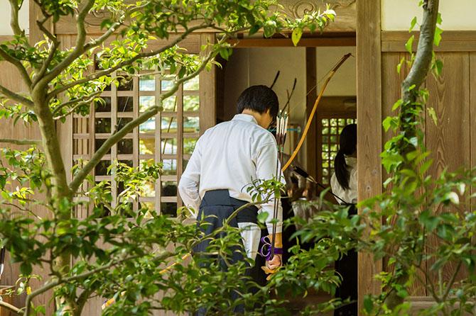 Как утверждают дзен-буддисты, здесь изучающий искусство стрельбы из лука прежде всего стремится