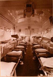 Внутренний вид вагона для тяжелораненых военно-санитарного поезда.