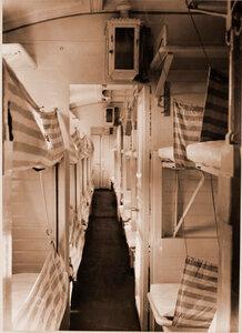 Внутренний вид вагона третьего класса для легко раненых военно-санитарного поезда.
