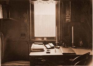Рабочий стол в купе старшего врача военно-санитарного поезда.