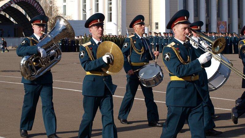 Парад на Театральной площади в Кирове: оркестр