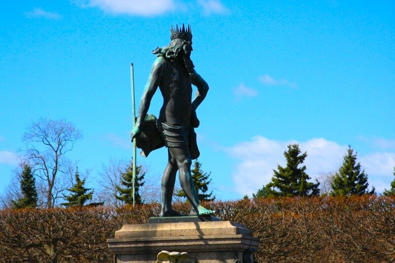 Ловелас Нептун с полотенцем на бедрах