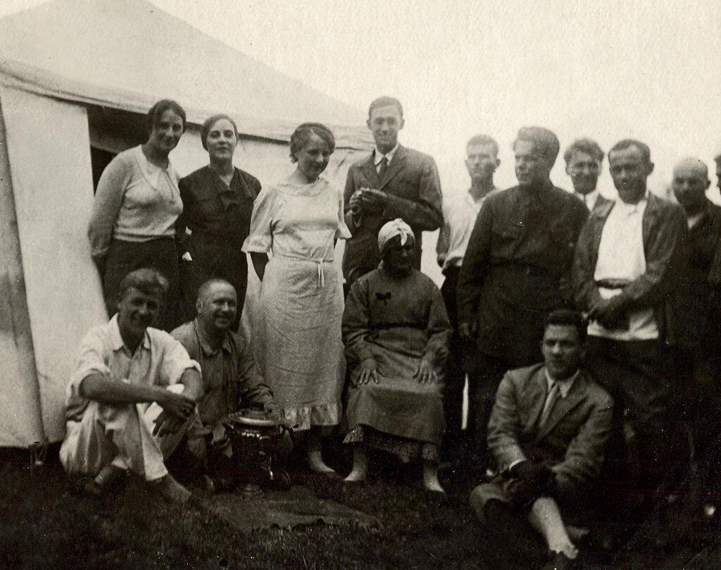 МХАТ на гастролях. Середина 1930-х. На снимке в верхнем ряду: в центре - Григорий Конский, вторая слева направо Софья Пилявская, первый справа налево в белой косоворотке актер Николай Дорохин (муж С.Пилявской).
