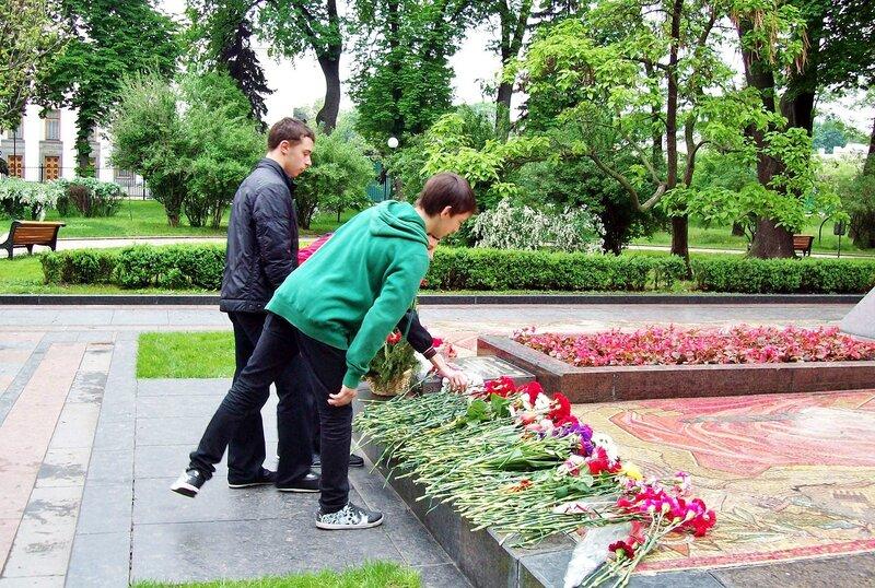 Возложение цветов к памятнику Ватутину