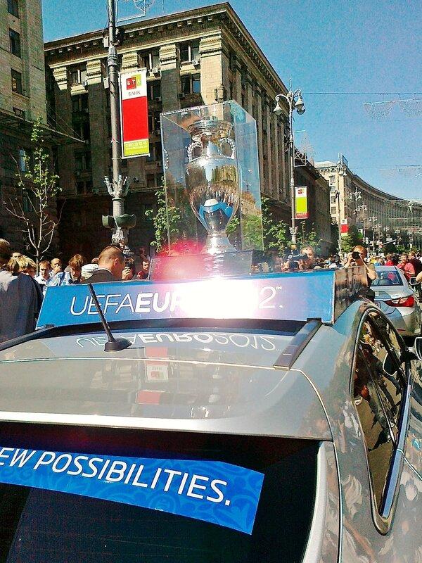 Кубок Евро 2012 везут по Крещатику