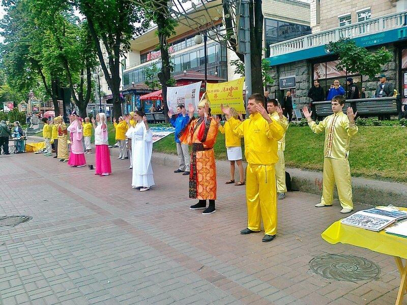 Последователи движения Фалунь Дафа на Крещатике