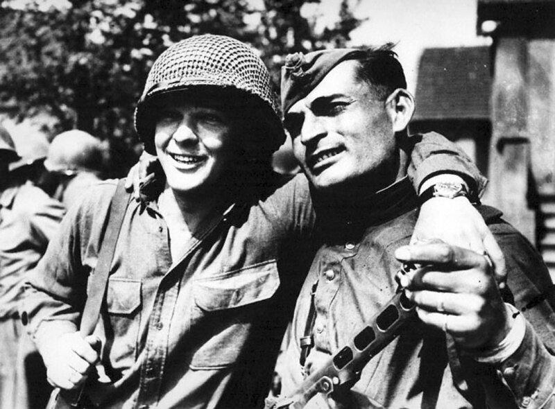 Солдат американской армии Бак Л.Кацебу и красноармеец Иван Нумладзе