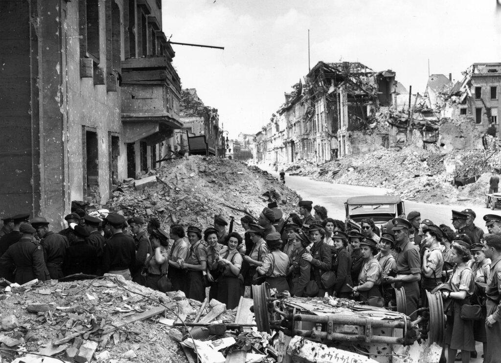 Очередь из солдат союзников в подземный бункер Гитлера