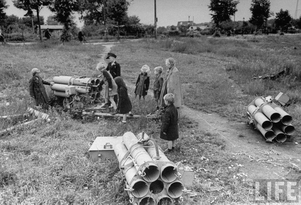 Обломки ракеты.Берлин 1945