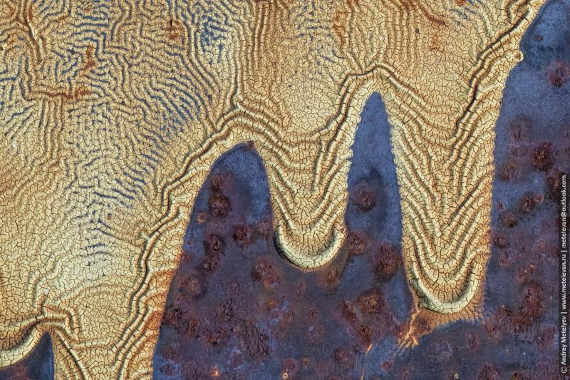 застывшие потоки краски на железе
