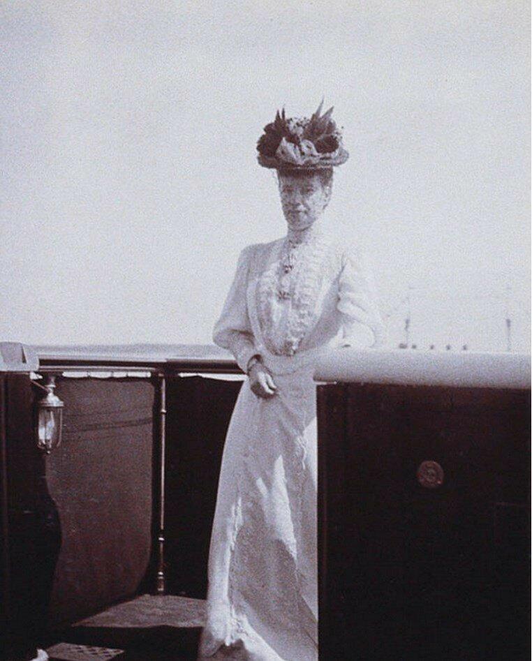 49. Вдовствующая императрица Мария на палубе королевской яхты «Виктория и Альберт»