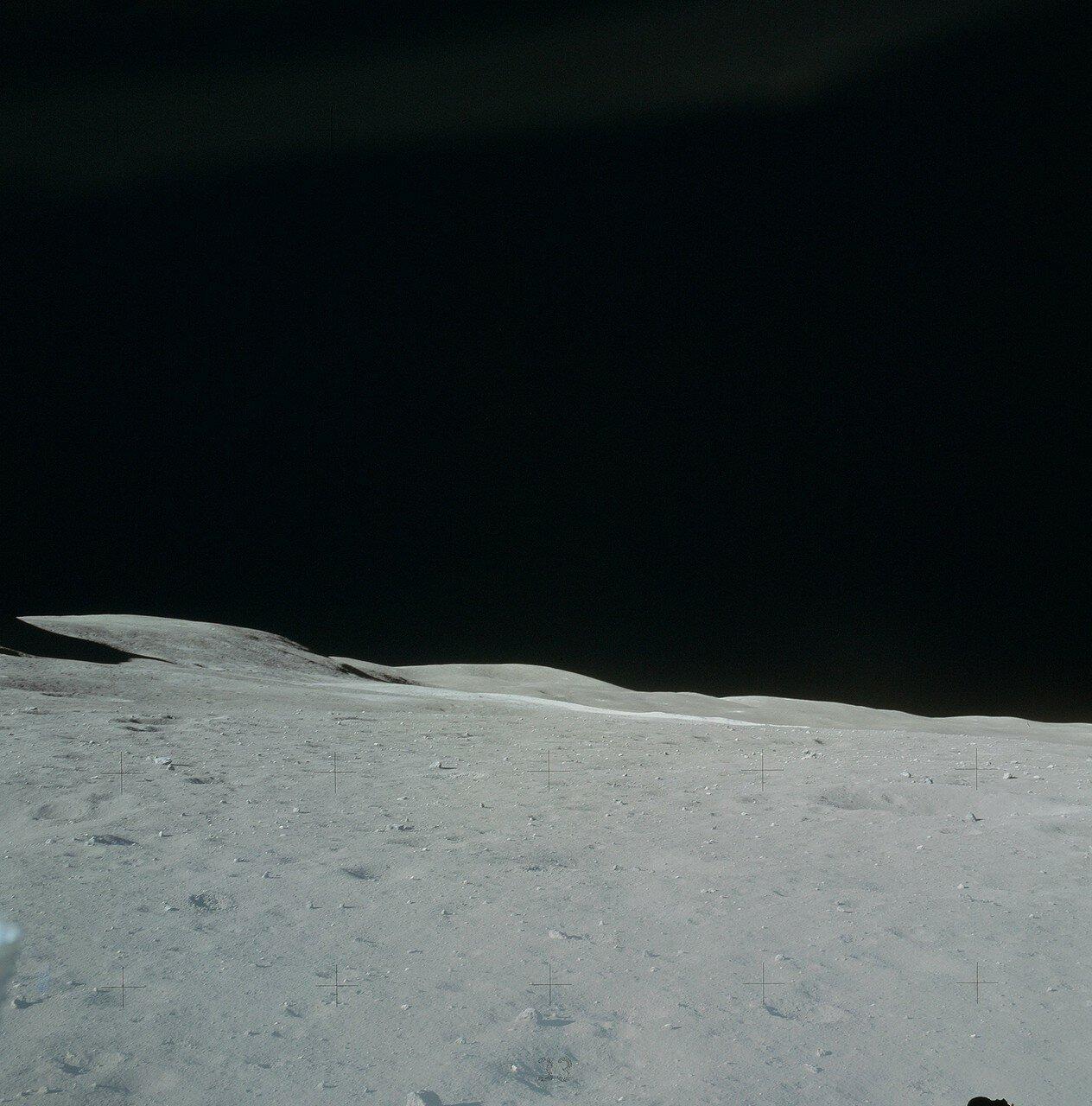 Проверив герметичность скафандров, астронавты начали разгерметизацию кабины.  На снимке: Местность правее горы Стоун Маунтин. Светлая полоса в центре — выброс породы от метеоритного удара вокруг кратера Южный Луч