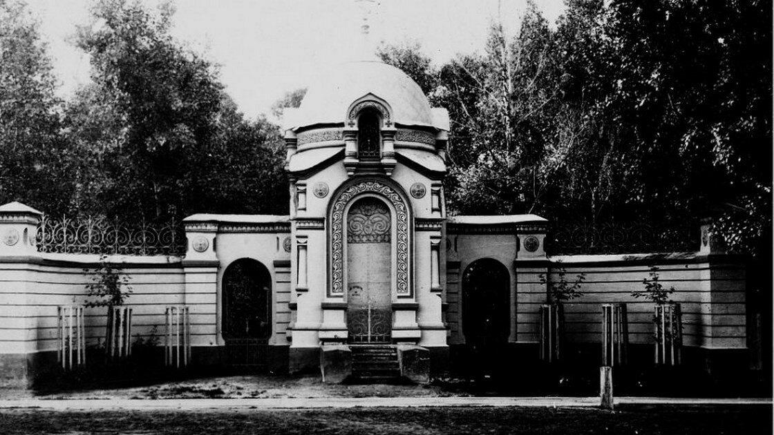 Часовня с входом в церковь с Пушкинской улицы