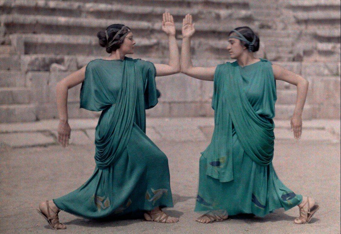 1930. Греция. Два актрисы на Дельфийском фестивале одеты в костюмы классической Греции