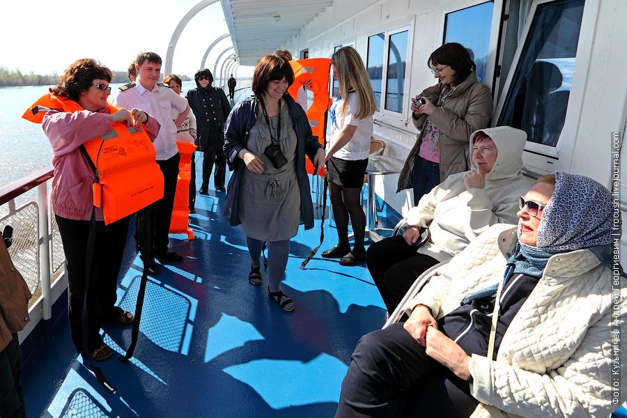 Обучение туристов, как правильно надевать спасжилет