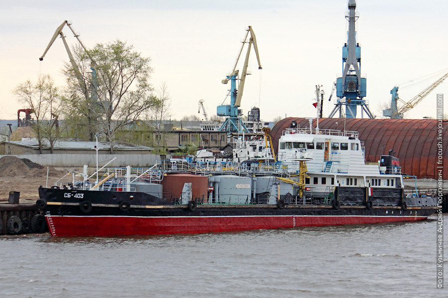 Теплоход-бункеровщик «СБ-403» (проект Р-74, 1983 год постройки). Снабжает суда топливом и маслом