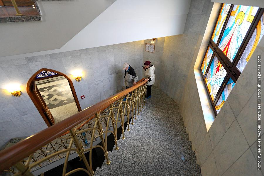 Туристы поднимаются и спускаются на балкончики мечети по таким нешироким лестницам