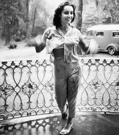 Elizabeth Taylor in Danville, KY in 1956 for the filming of Raintree County (1957).jpg