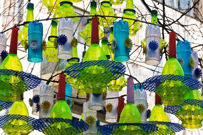 Украшаем свой двор из пластиковых бутылок своими руками 34