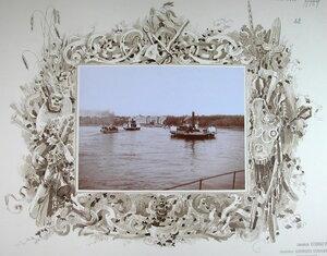 Паровые суда проходят по реке во время высочайшего смотра речной флотилии.