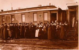 Группа членов Вятского местного управления Красного Креста и личного служебного состава поезда; девятый слева - председатель местного управления Красного Креста, губернатор А. Г. Чернявский; рядом с ним - его супруга