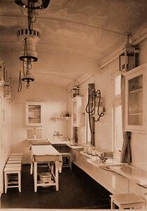 Внутренний вид операционной комнаты военно-санитарного поезда.