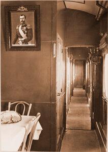 Внутренний вид вагона для персонала военно-санитарного поезда; на первом плане - [уголок] столовой.