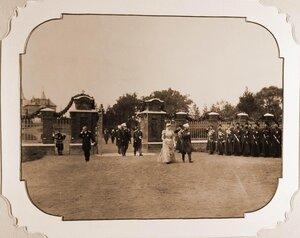 Император Николай II, императрица Александра Федоровна (в центре), великий князь Михаил Николаевич, великий князь Владимир Александрович входят на территорию беловежской церкви