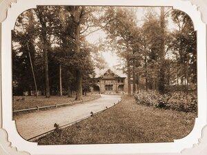 Вид части парка вокруг Беловежского дворца; в конце дорожки-одна из служебных построек.