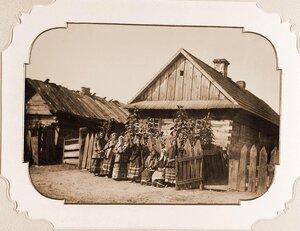 Группа крестьянок д. Беловеж у одного из домов.