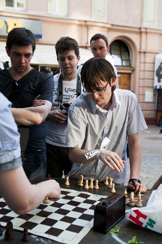 оппозиционеры играют в шахматы