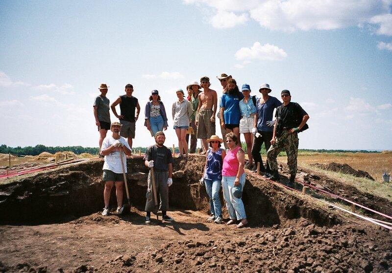 Наш отряд на раскопках кургана
