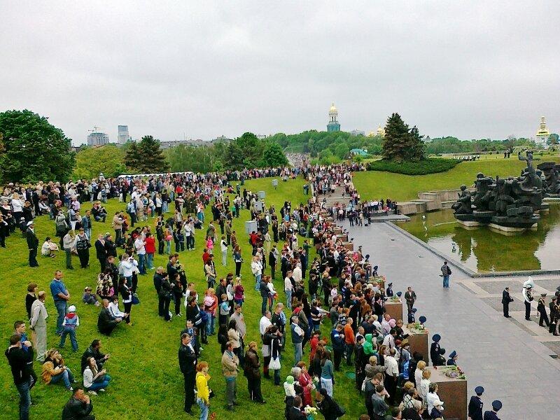 Зрители военного парада в музее ВОВ