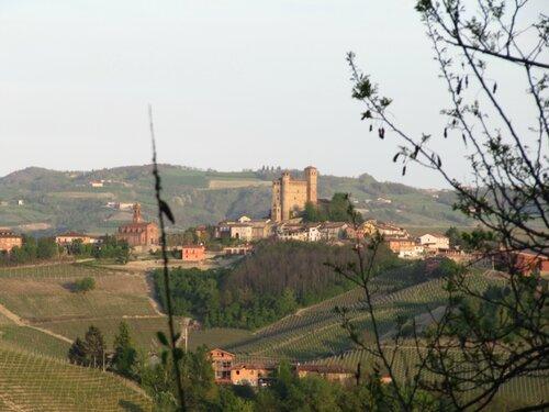 Вид на Серралунга д'Альба из Кастильоне Фаллетто