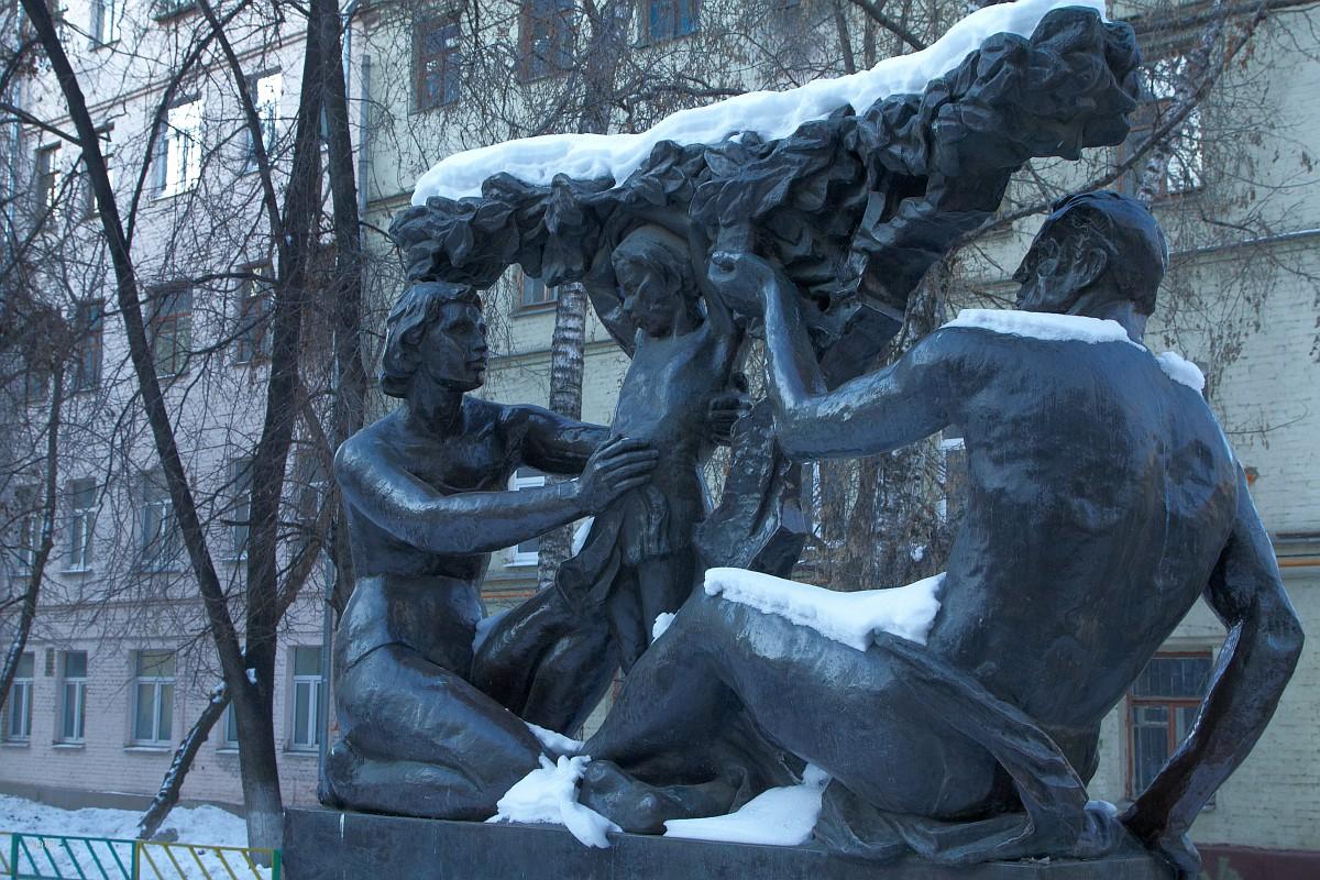 Памятник советской семье