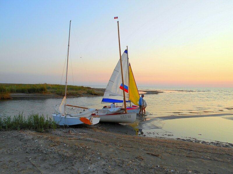 Вечер, готовятся яхты к ночлегу ... DSCN0415.JPG