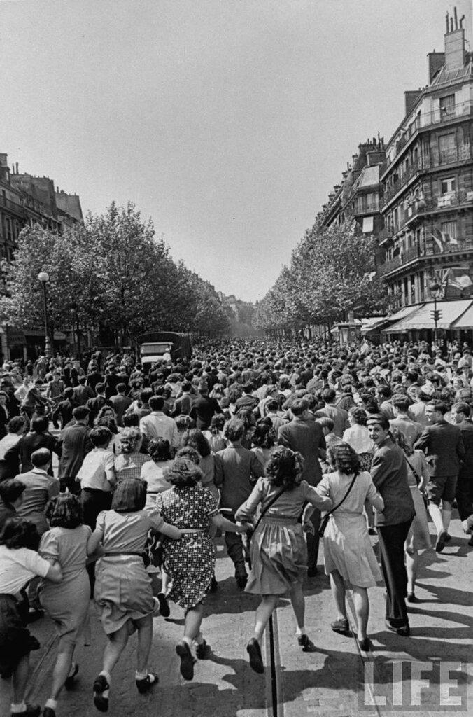 после обьявления окончания войны,французы вышли на улицы города чтобы отпраздновать Победу May 8, 1945