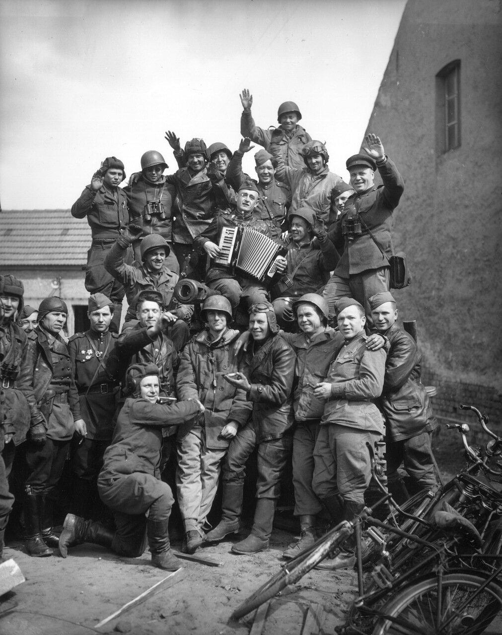Американски и русские солдаты поют песни на русском танке