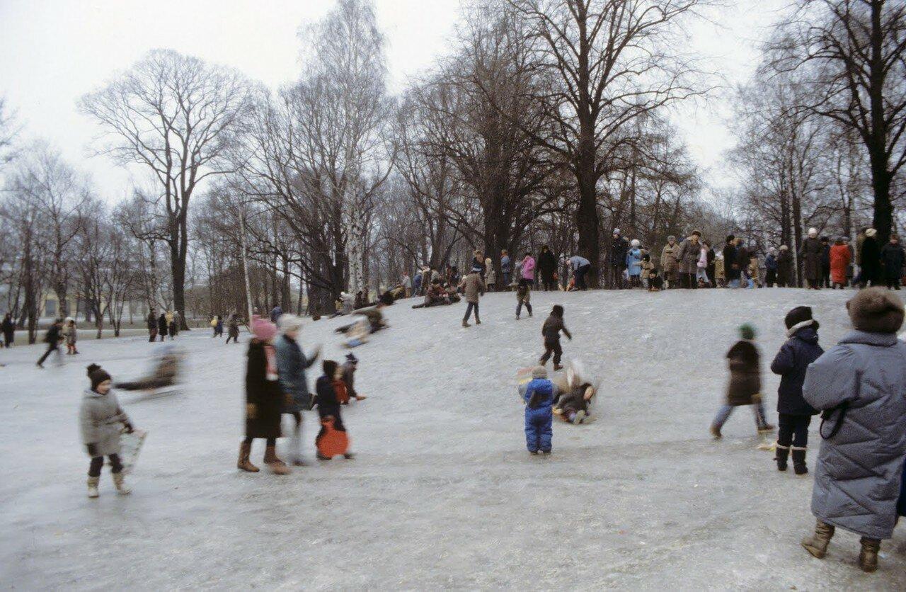 Парк возле станции метро Чернышевская