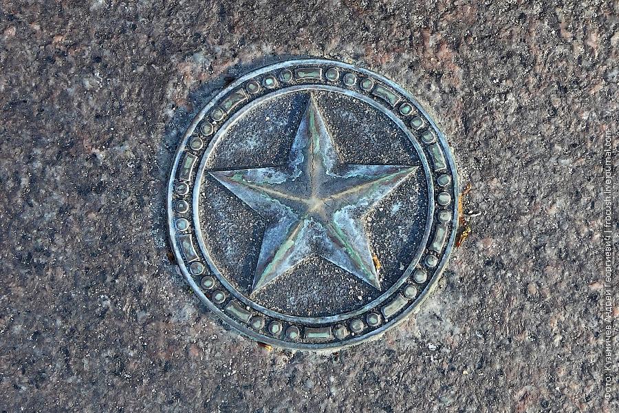 Оформление гранитных ступеней мемориала погибшим в Великой Отечественной войне 1941-1945
