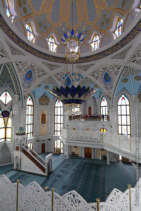 На втором этаже мечети располагается молитвенный зал для мужчин на 700 человек