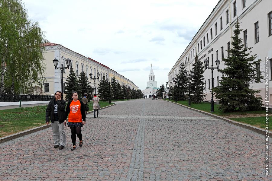 Слева здание присутственных мест (губернской канцелярии), справа Юнкерское училище, в центре Спасская башня