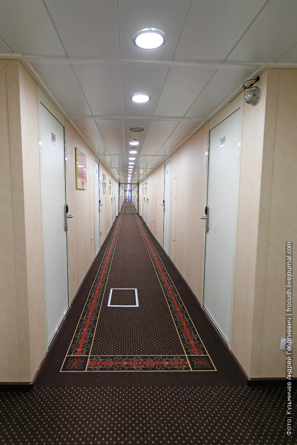 коридор на средней палубе теплохода «Мстислав Ростропович»